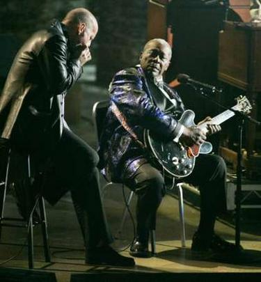 Famed blues guitarist and singer B.B.King (R) along with actor and musician Bruce Willis perform 'Hard Times' during a taping of the CBS television network special 'Genius A Night to Remember' honoring the late legendary musician Ray Charles in Los Angeles October 8, 2004. The television special hosted by actor Jamie Foxx , featured performances by Mary J. Blige, Stevie Wonder, Elton John , Norah Jones and Reba McEntire among others and is scheduled to be telecast on CBS in the United States October 22. Foxx portrays Charles in the new drama film 'Ray' set to open in the United States October 29. REUTERS/Fred Prouser REUTERS